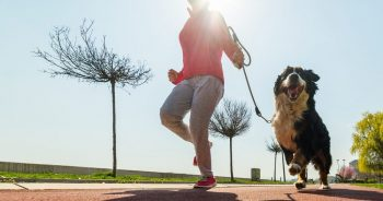 женщина бежит с собакой